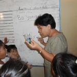 Ibu Yuniarti sedang mengajar menggunakan konsep PMRI